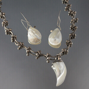Mother of pearl earrings and little medallion with silver necklace